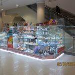 Торговый островок-витрина для сувениров