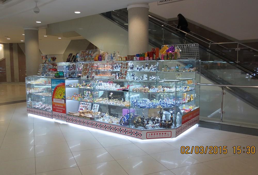 Торговый островок-витрина для сувенирной продукции